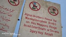 Schilder in Afghanistan, die vor zurückgelassener, nicht explodierter Munition warnen. © NDR