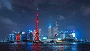Die Skyline von Shanghai bei Nacht. © NDR Foto: Screenshot