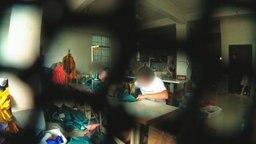 Versteckte Aufnahmen aus einer chinesischen Fabrik für gefälschte Ware. © NDR Foto: Screenshot