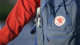 """Ein """"Kanken""""-Rucksack der Marke Fjällräven. © NDR Foto: Screenshot"""