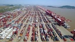 Hafen von Shanghai mit Containern © NDR Foto: Screenshot