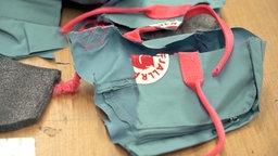 Ein zerschnittener Rucksack der Marke Fjällräven © NDR Foto: Screenshot