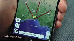 Smartphone mit den Ortungsangaben eines GPS-Peilsenders. © NDR/ARD