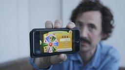 Johannes Edelhoff mit einem Smartphone © NDR Foto: Screenshot