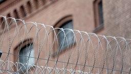 Stacheldraht vor dem Gefängnis in Berlin-Moabit. © NDR