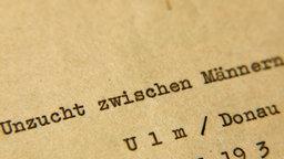 """Ein mit Schreibmaschine beschriebenes Papier: """"Unzucht zwischen Männern"""". © NDR"""