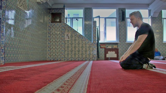 Oliver N. betet in einer Moschee. © Screenshot