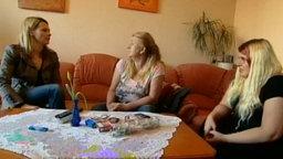 Panorama-Reporterin Anja Reschke (li.) mit einer Mutter und ihrer Tochter. © NDR