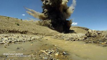 Die Rauchsäule der Sprengung eines Blindgängers in Afghanistan. © NDR