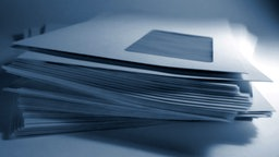 Stapel Briefumschläge © Fotolia.com Foto: Falko Matte