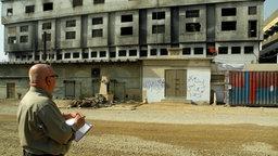Christoph Lütgert vor der Textilfabrik in Karachi.