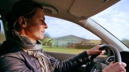 Anja Reschke fährt im Auto. © Infratest Dimap