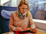 Anja Reschke im Zug © Infratest Dimap