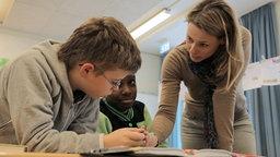 Anja Reschke in einer Hamburger Stadtteilschule. © NDR