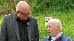 Christoph Lütgert (li.) im Gespräch mit Dieter Wollenweber. © NDR