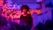Femi steht in der Kulisse des Wunderlandes bei Nacht © NDR/Letterbox Foto: Boris Laewen