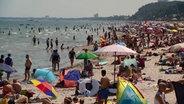 Zahlreiche Touristen und Urlauber sind am Strand in Scharbeutz. © NDR