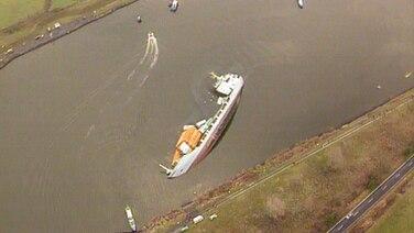 Ein Containerschiff liegt quer im Wasser Foto: screenshot