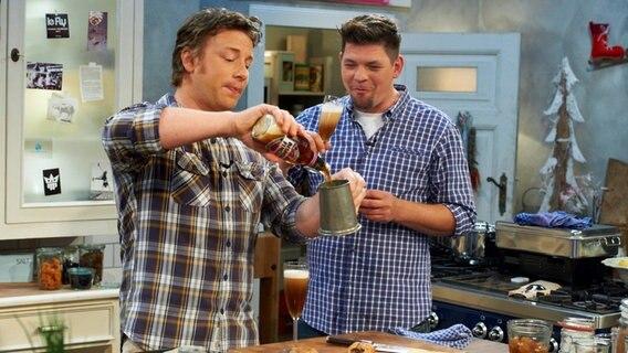 Leichte Sommerküche Jamie Oliver : Tim mälzer kocht leckere festtagsküche mit jamie oliver ndr