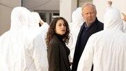 Eine Szene aus dem neuen Borowski-Tatort (Borowski und die Angst der weißen Männer) Es zeigt Klaus Borowski und Mila Sahin bei den Ermittlungen. © NDR Foto: Christine Schroeder