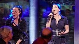 """Ann Sophie (re.) singt ihren Titel """"Blackk Smoke"""". © NDR/Christian Wyrwa"""