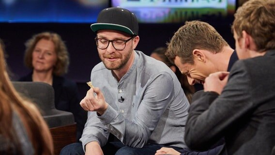 Mark Forster guckt sich was an. © Christian Wyrwa