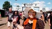 Dorit Schoop, 62 Jahre alt, besucht zum ersten Mal das Wacken Open Air. © NDR/underDok