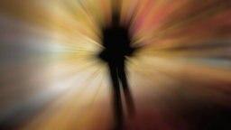 Unscharfe Silhouette einer Person in buntem Lichtnebel © Fotolia.com Fotograf: HeikoKueverlin