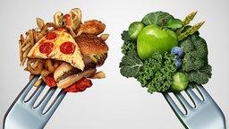 Gemüse und Pizza jeweils auf einer Gabel aufgespießt. © Fotolia.com Foto: freshidea