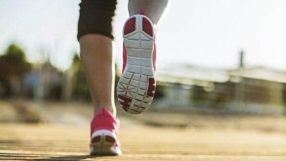 Joggingschuhe eines laufenden Mannes © Colourbox