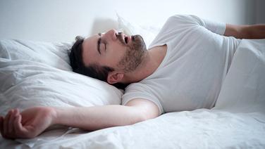 Schlafender Mann im Bett mit geöffnetem  Mund. © Fotolia.com Fotograf: Paolese