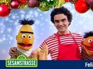 Ernie und Bert werden von Rolando Villazón umarmt. © NDR Foto: Thorsten Jander