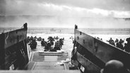 Soldaten der ersten Division der US-Armee landen am 6. Juni 1944 am Strand von Omaha-Beach in der Normandie. © National Archives and Records Administration/dpa