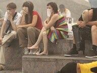Menschen in Moskau schützen sich mit Atemnschutzmasken gegen den giftigen Qualm, den die Waldbrände verursachen (07.08.2010) © picture alliance / dpa Fotograf: Sergei Chirikov
