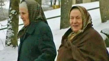 Zwei geflohene Irakerinnen im schneebedeckten Schweden. © NDR