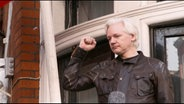 Wikileaks-Gründer Julian Assange hat die Botschaft Ecuadors in London verlassen und wurde festgenommen.