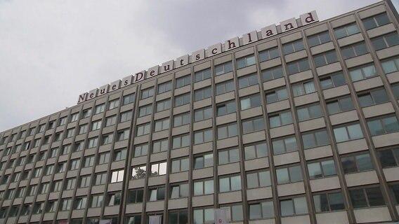 """Das Verlagsgebäude der Tageszeitung """"Neues Deutschland"""" - ein langweiliger Stahlbeton-Bau im typischen DDR-Look. © NDR"""