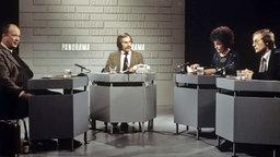 Panorama 1975, mit Dagobert Lindlau, Dr. Gerhard Bott, Luc Jochimsen und Stefan Aust. © NDR Fotograf: Annemarie Aldag