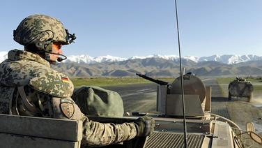 Ein Soldat schaut aus einem gepanzertem Bundeswehrfahrzeug bei einer Fahrt in Afghanistan © picture-alliance/dpa Foto: Jensen Pool