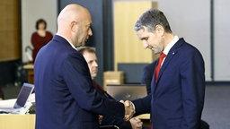 Björn Höcke reicht Thomas Kemmerich nach seiner Wahl zum Ministerpräsident die Hand © NDR