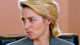 Ursula von der Leyen kurz vor der Kabinettssitzung am 02.06.2010  Foto: Wolfgang Kumm