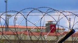 Gefängnis hinter Stacheldraht © NDR