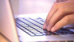 Eine Hand auf der Tastatur eines Computers © NDR