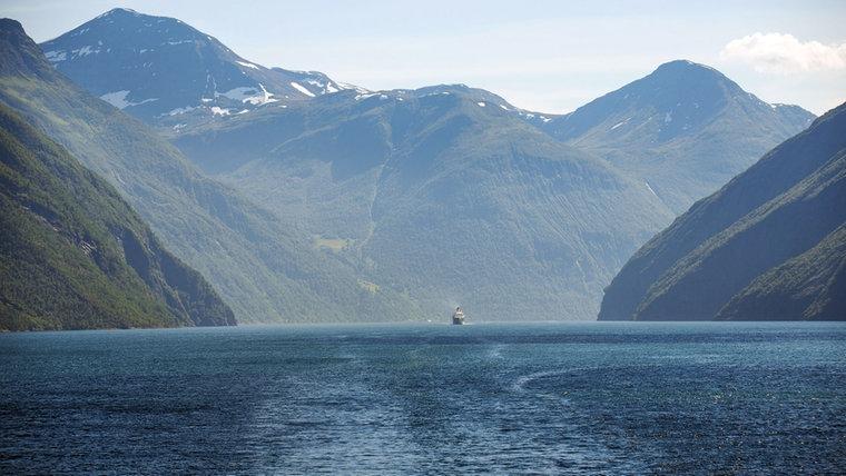 Angesichts der Majestät der großen Fjorde Norwegens wirkt sogar ein Kreuzfahrtschiff ganz klein. © NDR/Michel Struve, honorarfrei