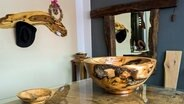 Spiegel, Garderobe, Schale - das alles zaubert Mario Brüning aus altem Holz. © NDR, honorarfrei