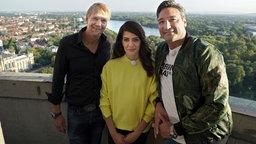 Kai Wiesinger, Linda Zervakis und Mousse T. (v.l.n.r.) über den Dächern Hannovers. © NDR/beckground tv/Paulo da Silva