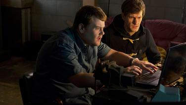 v.l.: Phil (James Corden), Sam (Mathew Baynton) © NDR/BBC/Des Willie