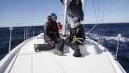 NDR Autorin Anna Lisa Lohmann spricht an Deck des Segelschiffes mit Marc, der den gemeinsamen Törn von Krebskranken initiiert hat. © NDR