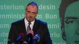 Torsten Sträter hält eine Rede als Pressesprecher von Thomas de Maizière