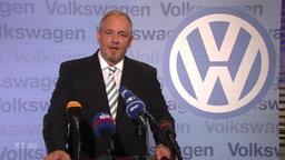 Torsten Sträter als Pressesprecher.